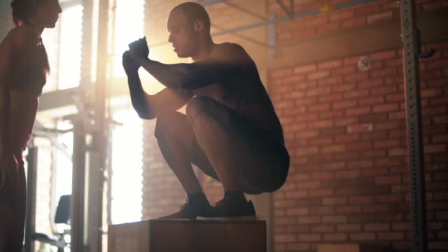 플랫폼에서 점프 하는 젊은 선수 - 헌신 스톡 비디오 및 b-롤 화면