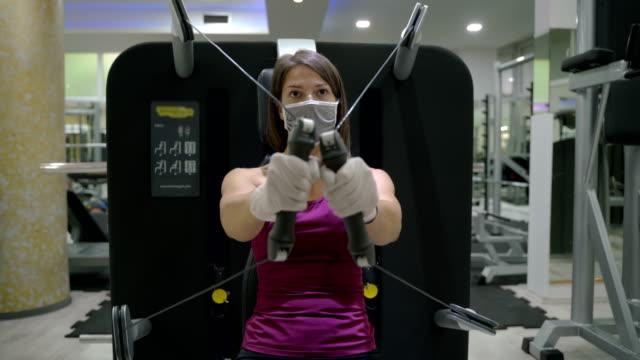 vidéos et rushes de jeune fille athlétique faisant l'entraînement de force à la gymnastique - mince