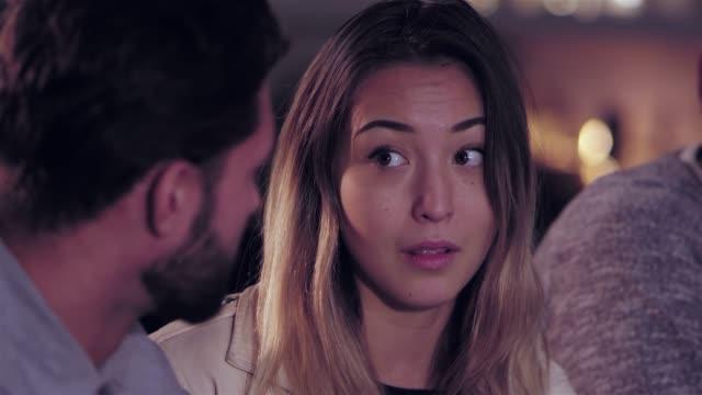 vídeos de stock, filmes e b-roll de jovem mulher asiática atraente num bar conversando com sua amiga - costumer