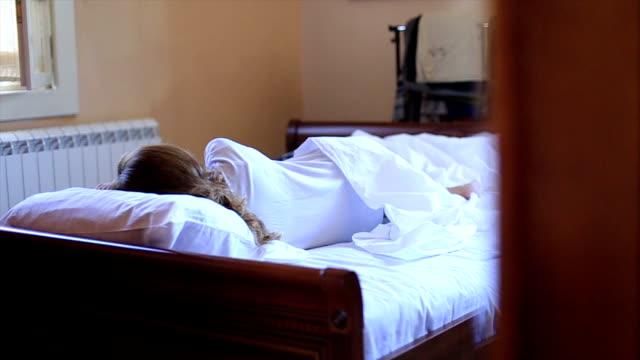 vidéos et rushes de jeune jolie femme dans la chambre à coucher - peignoir