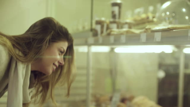 vídeos de stock e filmes b-roll de young attractive woman in a supermarket - bolo sobremesa