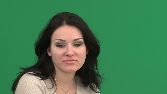 vídeos de stock e filmes b-roll de jovem atraente mulher-fotografia de estúdio - cabelo preto