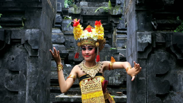 young balinese dancer performing barong dance in a hindu temple - bali filmów i materiałów b-roll