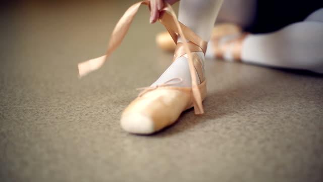 jungen ballerina tanzen im ballettstudio - ballettschuh stock-videos und b-roll-filmmaterial