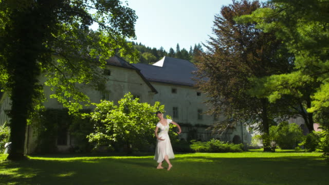 hd :dolly 若いバレリーナでのダンス公園 - 城点の映像素材/bロール
