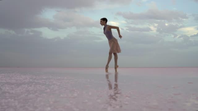 jungen ballerina tanzen am see am morgen - ballettschuh stock-videos und b-roll-filmmaterial