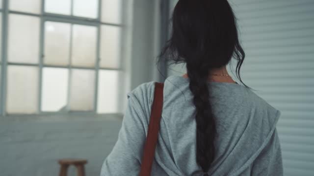 Joven bailarina entrando en estudio de danza - vídeo
