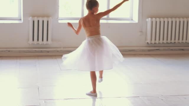 unga ballerina i tutu gör balett pirouette - liten bildbanksvideor och videomaterial från bakom kulisserna