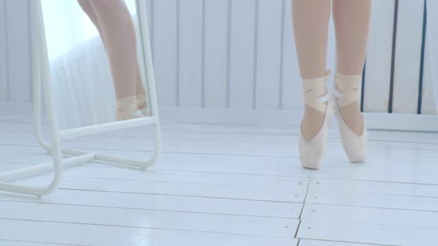 vídeos de stock, filmes e b-roll de a bailarina nova aprende andar e dançar em pointe. - tule têxtil