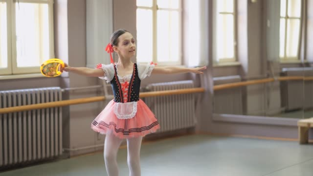 junge ballerina mit auftritt - ballettschuh stock-videos und b-roll-filmmaterial