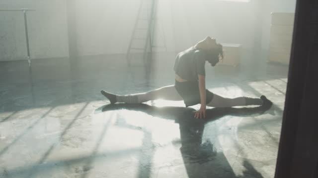 vídeos y material grabado en eventos de stock de bailarina joven practicando en estudio de danza - feminidad