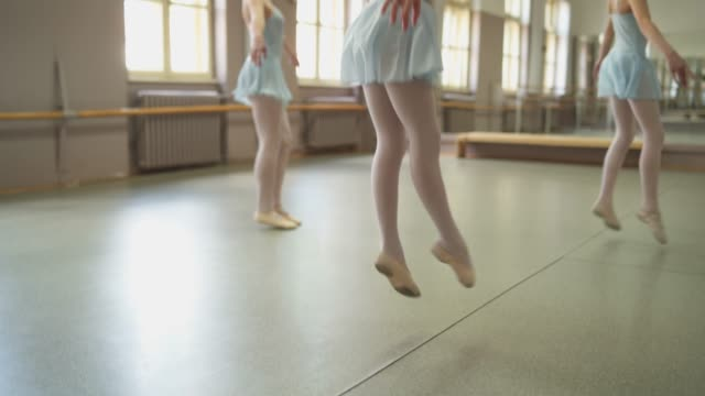 junge ballerinas auf ballettklasse - ballettschuh stock-videos und b-roll-filmmaterial