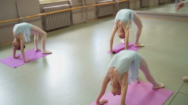 unga ballerinor stretching - balettstång bildbanksvideor och videomaterial från bakom kulisserna