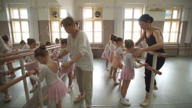 junge ballerinas arbeiten an ihren haltungen - ballettschuh stock-videos und b-roll-filmmaterial