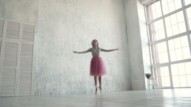 unga dansare dansar klassisk balett. en ballerina i en klassisk tutu och pointe dans på tå. slowmotion - på tå bildbanksvideor och videomaterial från bakom kulisserna