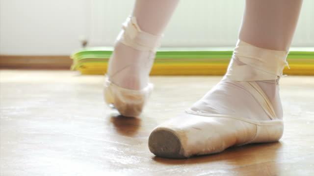 Young ballet dancer practising en pointe. video
