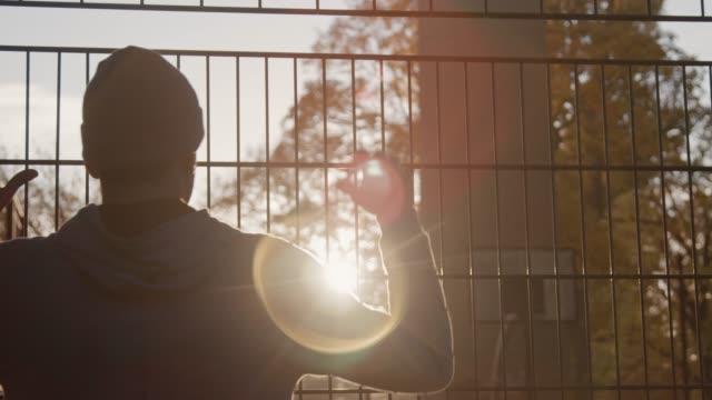vídeos y material grabado en eventos de stock de joven baloncestista en cerca después de la práctica - valla artículos deportivos
