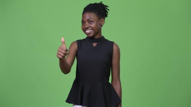 unga vackra afrikanska affärskvinna ger tummen upp - tjänstekvinna bildbanksvideor och videomaterial från bakom kulisserna