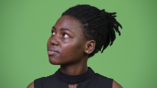 unga vackra afrikanska affärskvinna tänkande - tjänstekvinna bildbanksvideor och videomaterial från bakom kulisserna