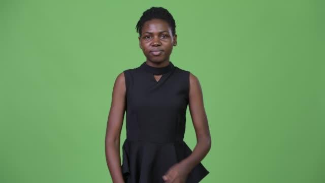 unga vackra afrikanska affärskvinna med armarna korsade - tjänstekvinna bildbanksvideor och videomaterial från bakom kulisserna