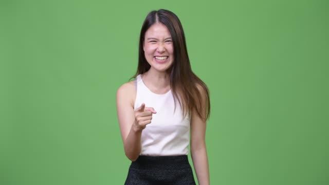 若い美しいアジア実業家ラ - 指差す 女性点の映像素材/bロール