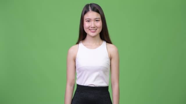 young beautiful asian businesswoman smiling - юго восток стоковые видео и кадры b-roll