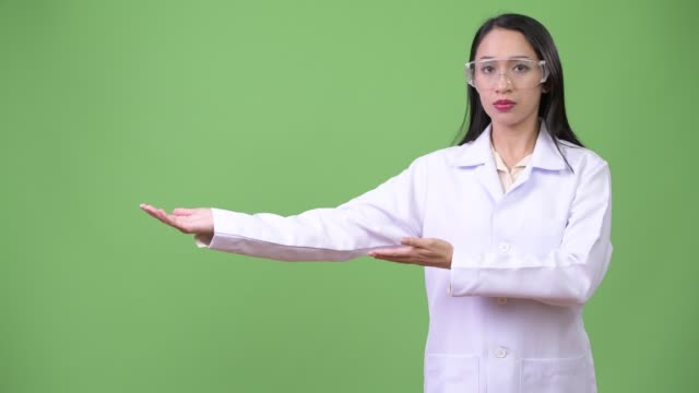 年輕漂亮的亞洲女醫生戴著防護眼鏡 - 東南 個影片檔及 b 捲影像