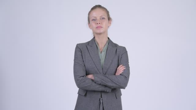 Jovem linda mulher de negócios loira com os braços cruzados - vídeo