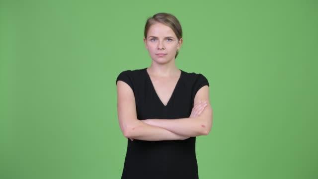Mulher de negócios loura bonita nova com cabelo amarrado - vídeo