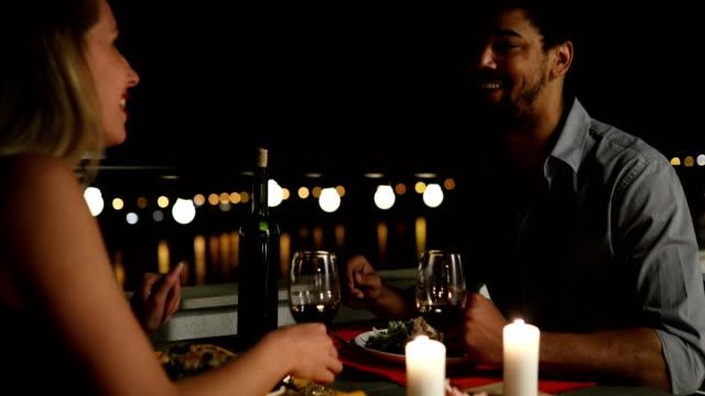 çatı katında romantik akşam yemeği genç güzel çift - flört etmek stok videoları ve detay görüntü çekimi