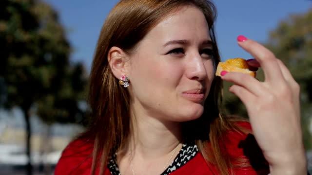 tapas yemek sokağı'nda genç güzel kadın - ordövr stok videoları ve detay görüntü çekimi