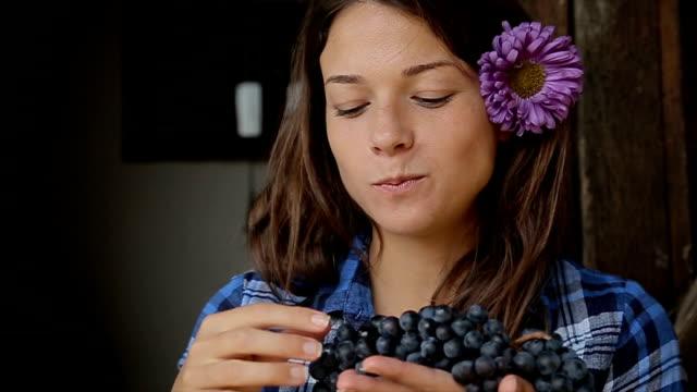 vídeos de stock e filmes b-roll de young beautiful female tasting grapes - grapes