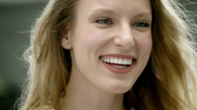 vídeos y material grabado en eventos de stock de joven hermosa mujer adolescente sonriente - sonrisa con dientes