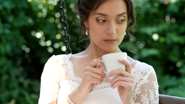 giovane, bella ragazza di bere il caffè. - theobroma video stock e b–roll