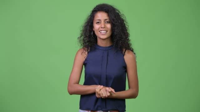 junge schöne hispanic geschäftsfrau etwas - weibliche angestellte stock-videos und b-roll-filmmaterial