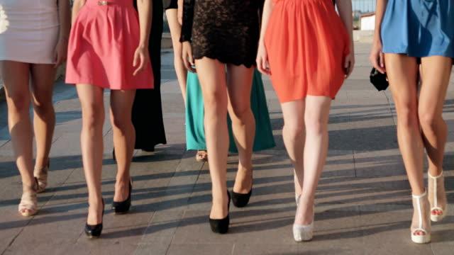 stockvideo's en b-roll-footage met jonge mooie slanke modellen lopen op een stad - slank