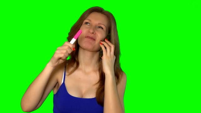 jeune femme belle, parler au téléphone à son mari pour lui dire de bonnes nouvelles - Vidéo