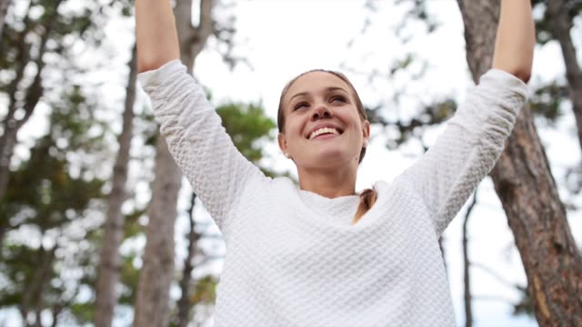 vídeos de stock e filmes b-roll de young beautiful woman embracing nature - mulher deixar ir
