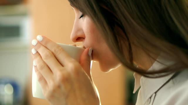 ung vacker kvinna med kakao drink med marshmallows i en stor mugg - nagellack bildbanksvideor och videomaterial från bakom kulisserna
