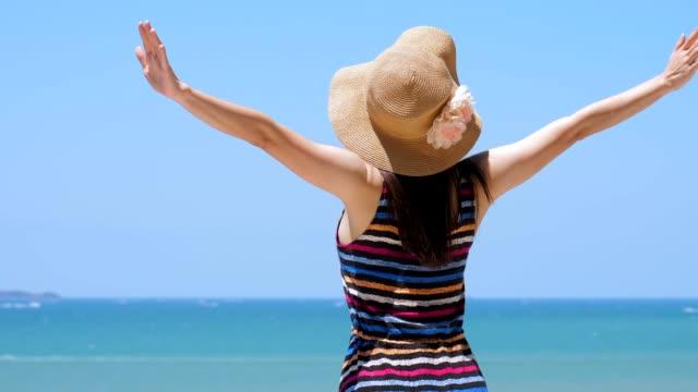 vidéos et rushes de jeune belle femme ayant l'amusement sur la plage tropicale - mince