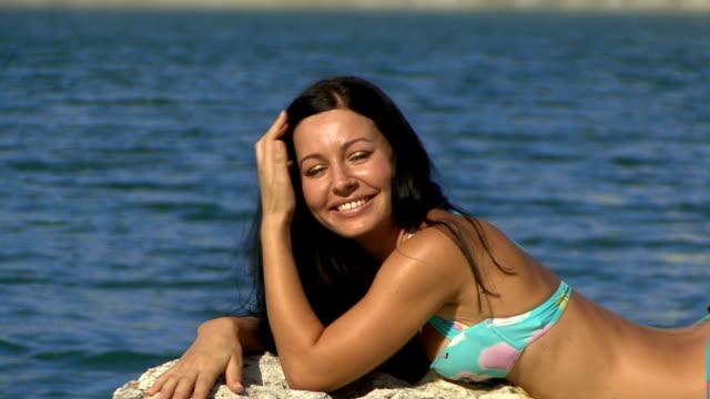 young beautiful woman smiling - endast unga kvinnor bildbanksvideor och videomaterial från bakom kulisserna