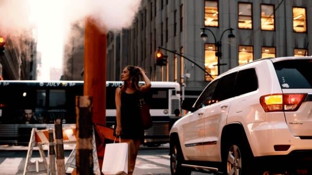 vídeos y material grabado en eventos de stock de hermosa joven de pie en el centro de la bolsa de nueva york, américa cerca el tubo de humo, vapor de niebla - señalización vial