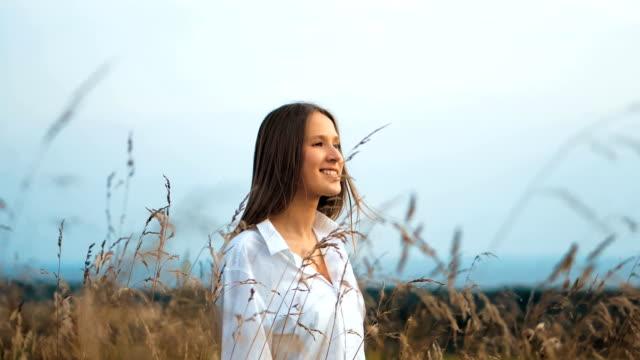 vídeos y material grabado en eventos de stock de joven hermosa mujer caminando en el campo - estilo de vida rural