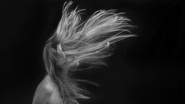 junge schöne frauen mit fliegenden haare - haar stock-videos und b-roll-filmmaterial