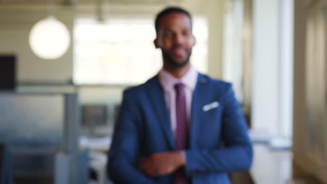 若い黒のオフィスで焦点に歩くビジネスマン - 上半身点の映像素材/bロール