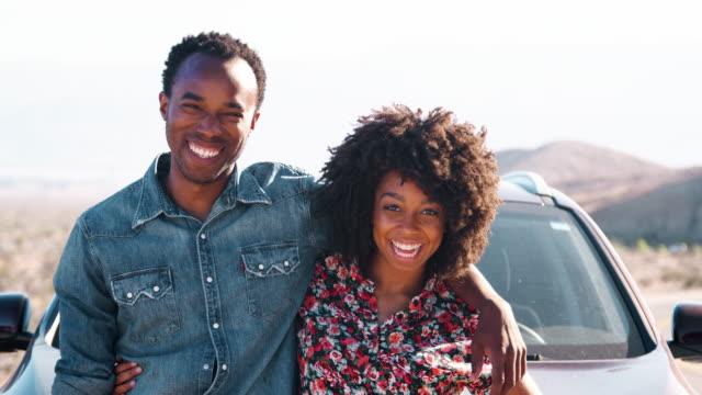 vídeos de stock e filmes b-roll de young black couple having a roadside stop off, close up - afro americano