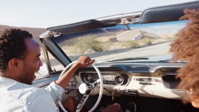 vídeos de stock, filmes e b-roll de jovem casal negro em aberto top carro em uma viagem, close-up - afro americano