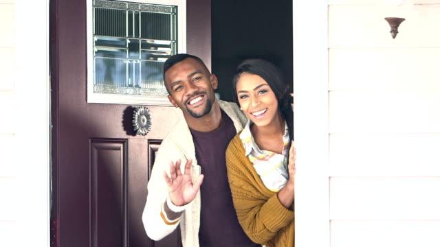 ung svart par välkomna besökare till sitt hem - ytterdörr bildbanksvideor och videomaterial från bakom kulisserna