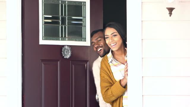 若い黒彼らの家に訪問者を歓迎カップル ビデオ