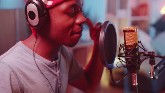 vídeos de stock e filmes b-roll de young black hip-hop singer recording song in home studio - bateria instrumento de percussão